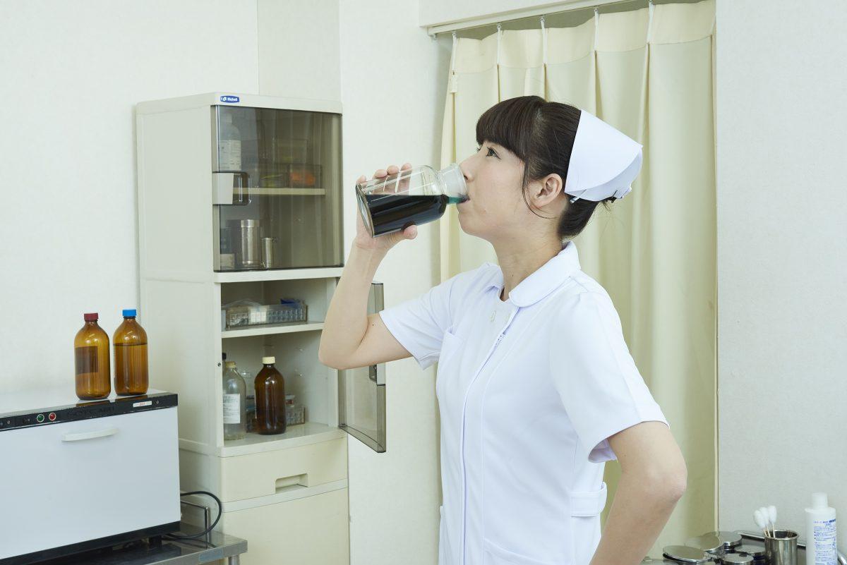 ヤバイ薬品をラッパ飲みする看護師
