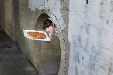 下水道からピザを持って現れる看護師